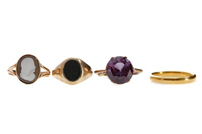 Lot 1331 - A WEDDING RING, BLOODSTONE AGATE RING, PURPLE GEM SET RING AND A CAMEO RING