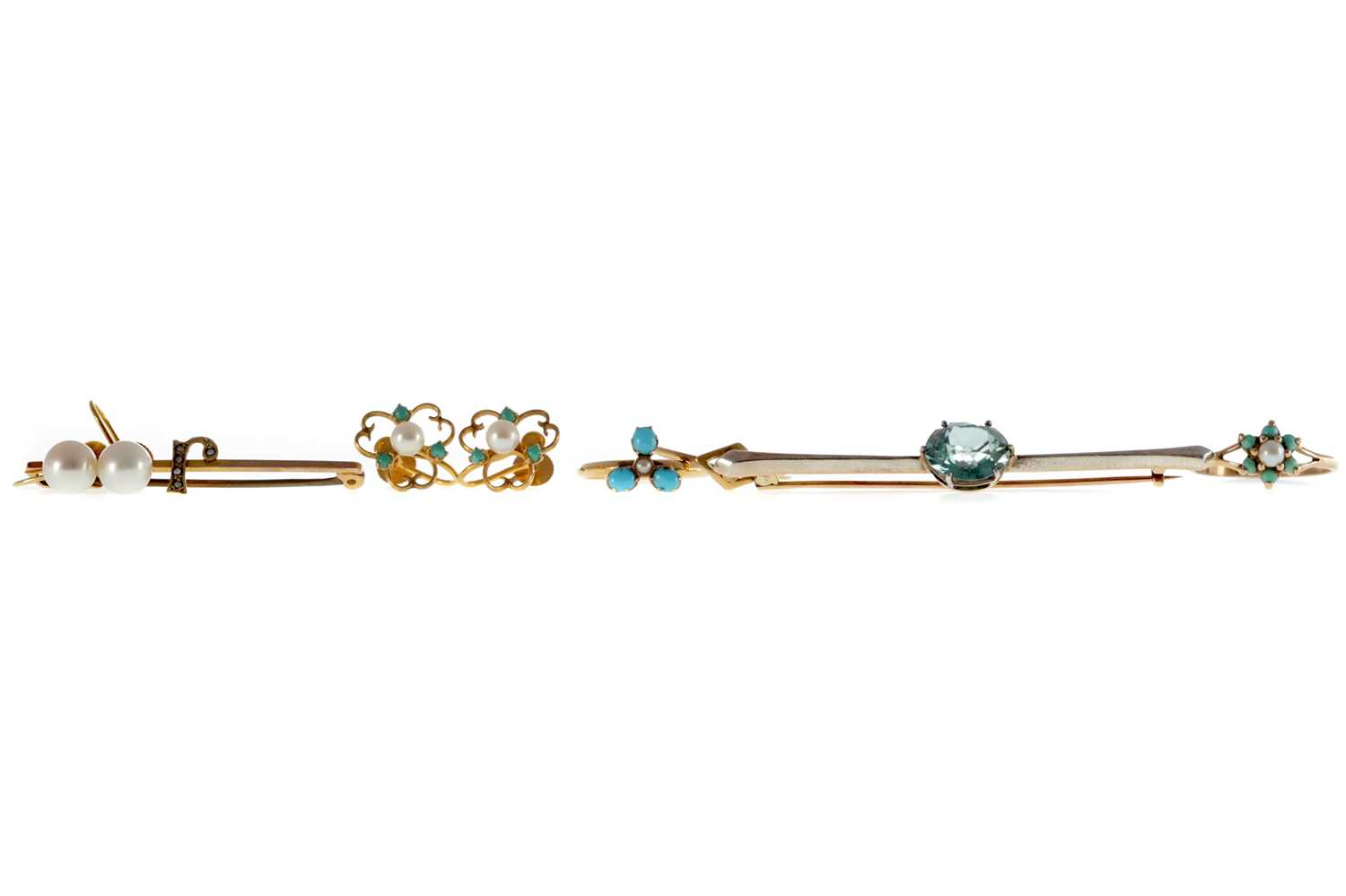 Lot 1335 - THREE RINGS, TWO BAR BROOCHES AND TWO PAIRS OF EARRINGS