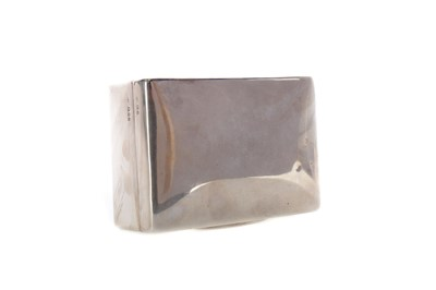 Lot 516 - AN EARLY 20TH CENTURY SILVER CIGARETTE BOX