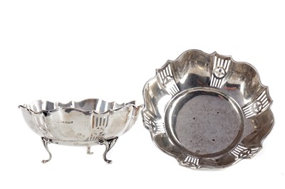 Lot 526 - A PAIR OF EARLY 20TH CENTURY SILVER BON BON DISHES