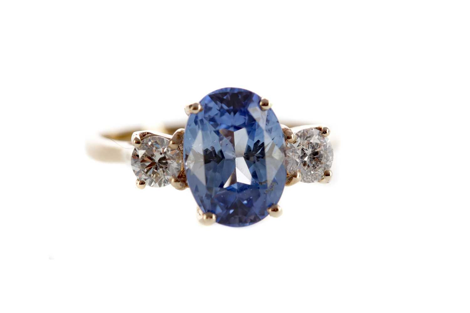 Lot 1348 - A SAPPHIRE AND DIAMOND RING