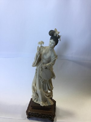 Lot 781 - AN EARLY 20TH CENTURY CHINESE IVORY CARVING OF A FEMALE