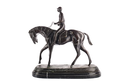 Lot 1682 - AN EARLY 20TH CENTURY BRONZE FIGURE OF A HORSE AND JOCKEY
