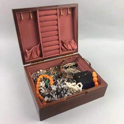 Lot 20 - A LOT OF VARIOUS COSTUME JEWELLERY CONTAINED IN A JEWELLERY BOX