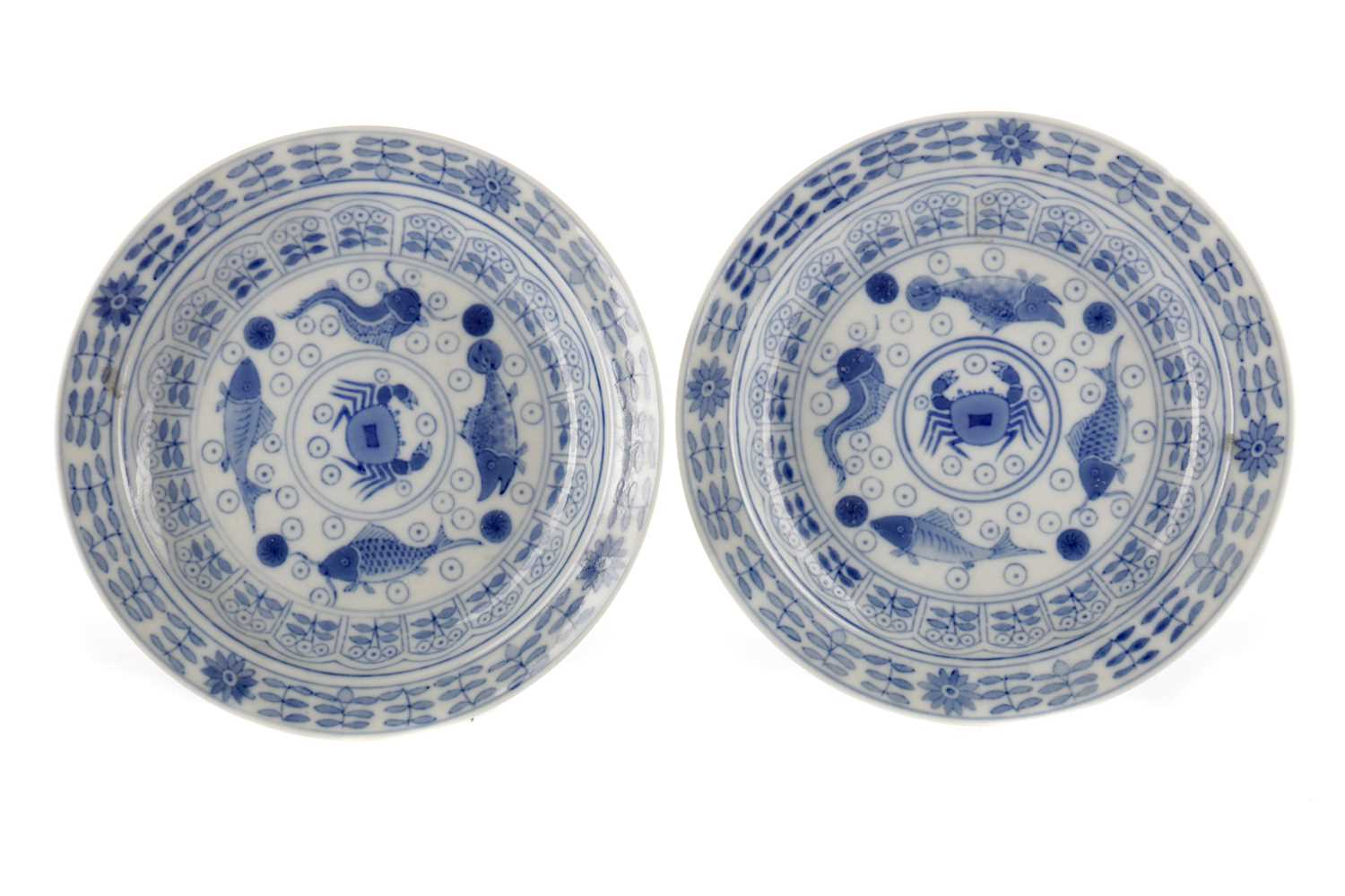 Lot 844 - A PAIR OF 19TH CENTURY CHINESE BLUE AND WHITE PLATES