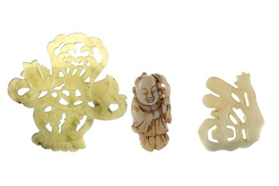 Lot 847 - A LOT OF TWO CHINESE HARDSTONE ARCHAIC STYLE AMULETS AND A CARVING