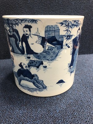 Lot 860 - A 20TH CENTURY CHINESE BLUE AND WHITE BRUSH POT