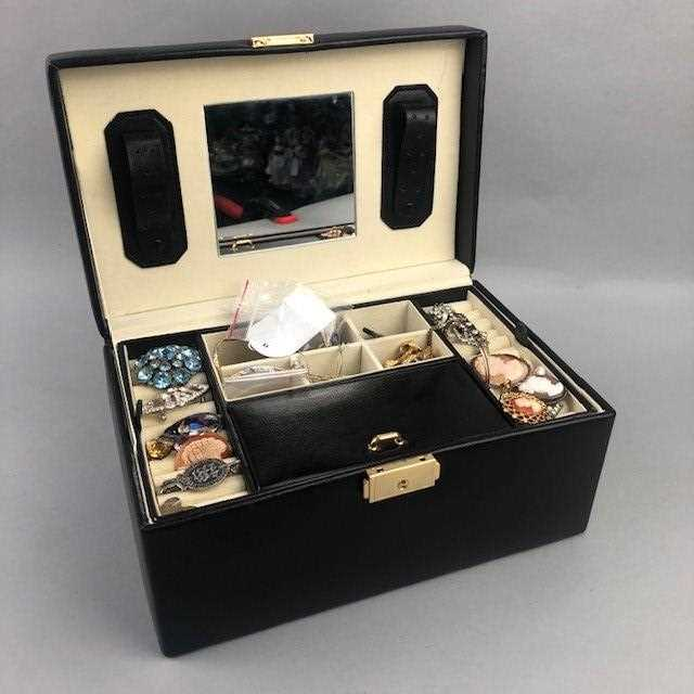 Lot 42 - A LOT OF VINTAGE AND MODERN COSTUME JEWELLERY