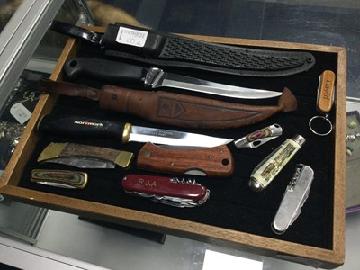 Lot 50 - A TWO HUNTING KNIVES ALONG WITH POCKET AND OTHER KNIVES