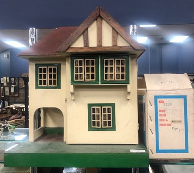 Lot 75 - A VINTAGE DOLLS HOUSE WITH ACCESSORIES