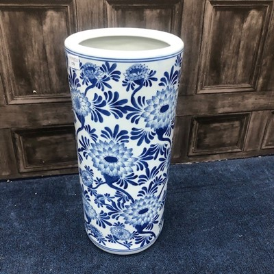 Lot 178 - A BLUE AND WHITE STICK STAND