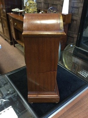 Lot 1715 - AN EDWARDIAN MAHOGANY MANTEL CLOCK