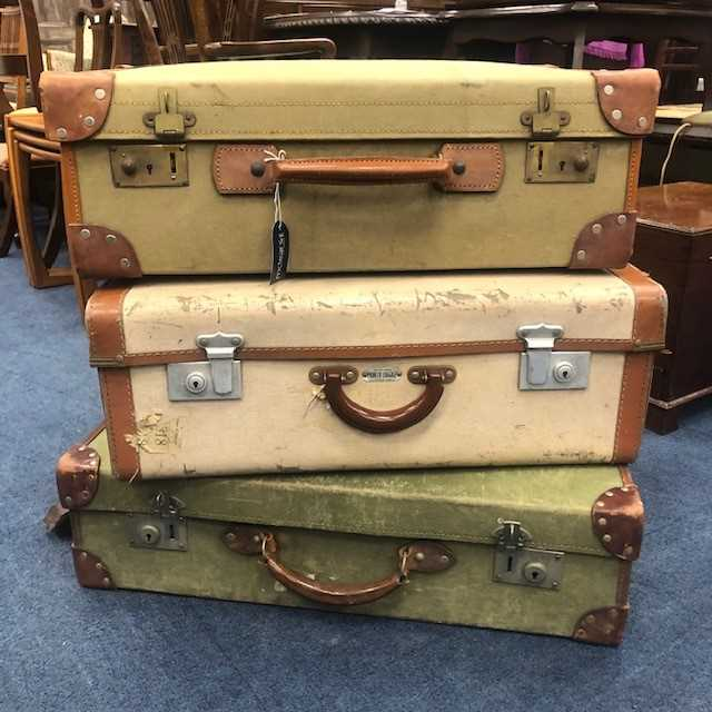 Lot 2 - A LOT OF THREE VINTAGE TRAVEL CASES