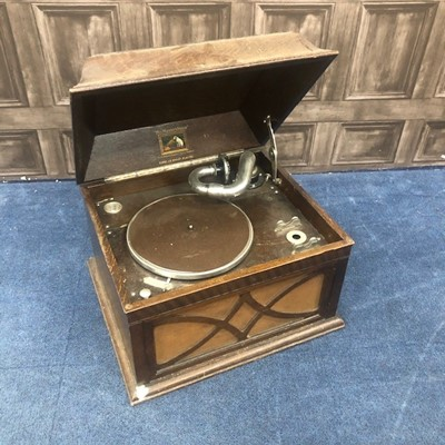 Lot 177 - A PORTABLE WIND UP GRAMOPHONE