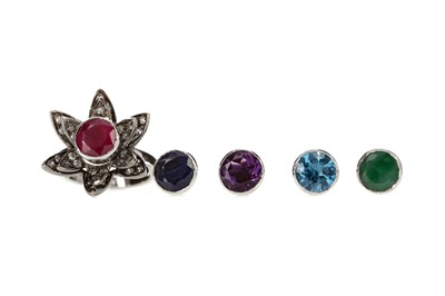 Lot 318 - A GEM SET CLUSTER RING WITH INTERCHANGEABLE CENTRE STONE