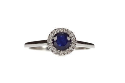 Lot 326 - A SAPPHIRE AND DIAMOND RING