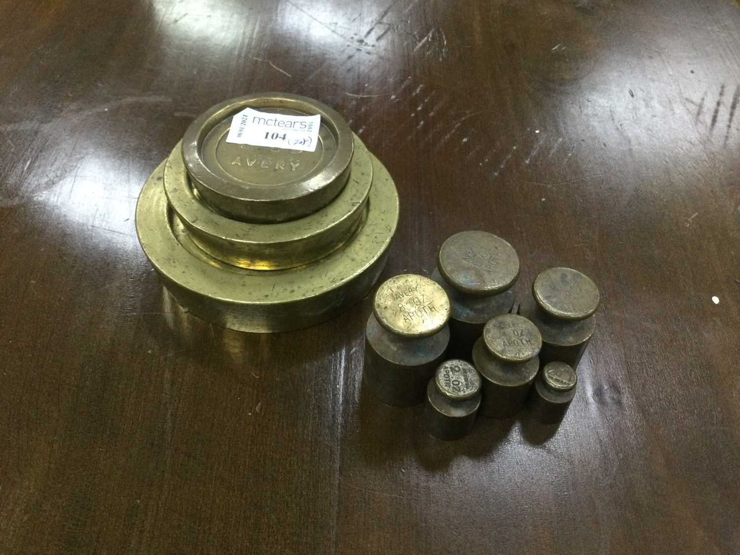 Lot 104 - A SET OF SIX BRASS APOTHECARY WEIGHTS ALONG WITH THREE FLAT WEIGHTS