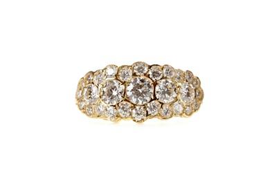 Lot 484 - A DIAMOND DRESS RING