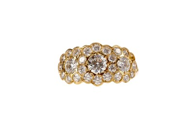 Lot 489 - A DIAMOND DRESS RING