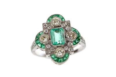 Lot 366 - AN EMERALD AND DIAMOND RING
