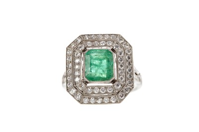 Lot 373 - AN EMERALD AND DIAMOND RING