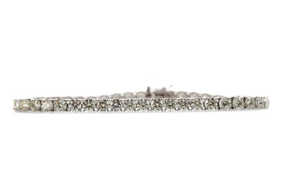 Lot 377 - A DIAMOND TENNIS BRACELET