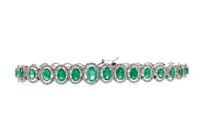Lot 432 - AN EMERALD AND DIAMOND BRACELET
