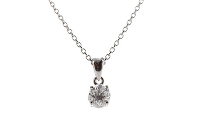 Lot 448 - A DIAMOND SOLITAIRE PENDANT