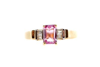 Lot 492 - A PINK SAPPHIRE AND DIAMOND RING