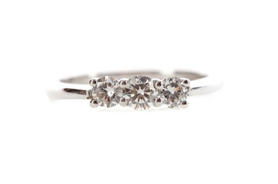 Lot 460 - A DIAMOND THREE STONE RING