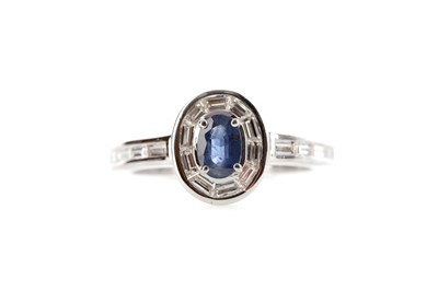 Lot 473 - A SAPPHIRE AND DIAMOND RING