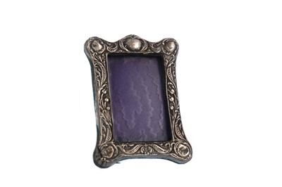 Lot 417 - AN EARLY 20TH CENTURY SILVER PHOTOGRAPH FRAME