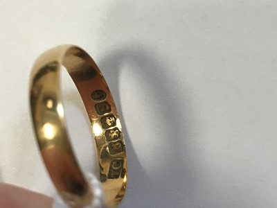 Lot 543 - A GOLD WEDDING RING AND CHAIN