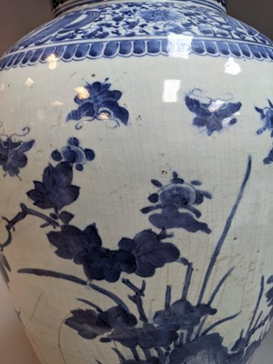 Lot 409 - AN EARLY 19TH CENTURY DUTCH DELFTWARE BLUE & WHITE VASE AND COVER