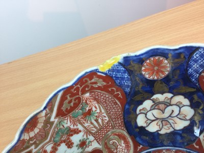 Lot 18 - A LATE 19TH CENTURY JAPANESE IMARI BOWL, ALONG WITH AN IMARI DISH AND TWO PLATES