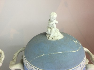 Lot 5 - A PAIR OF EARLY 19TH CENTURY WEDGWOOD JASPERWARE PEDESTAL VASES AND COVERS