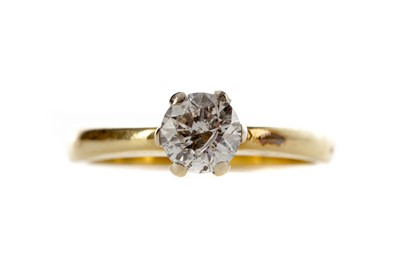 Lot 564 - A DIAMOND SOLITAIRE RING
