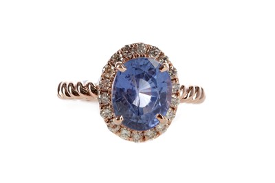 Lot 478 - A SAPPHIRE AND DIAMOND RING