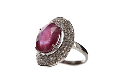 Lot 480 - A RUBY AND DIAMOND RING