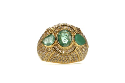Lot 364 - AN EMERALD AND DIAMOND RING