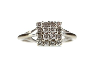 Lot 370 - A DIAMOND CLUSTER RING