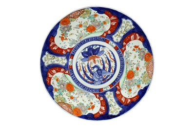 Lot 747 - AN EARLY 20TH CENTURY JAPANESE IMARI CHARGER