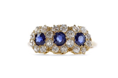 Lot 391 - A SAPPHIRE AND DIAMOND RING