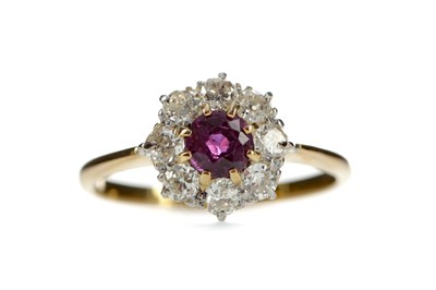 Lot 402 - A RUBY AND DIAMOND RING