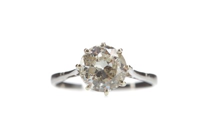 Lot 383 - A DIAMOND SOLITAIRE RING