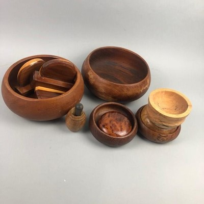 Lot 19 - A TREEN FRUIT BOWL, BOOKENDS AND OTHER ITEMS