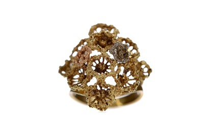 Lot 541 - A CONTINENTAL OPENWORK TRICOLOUR RING