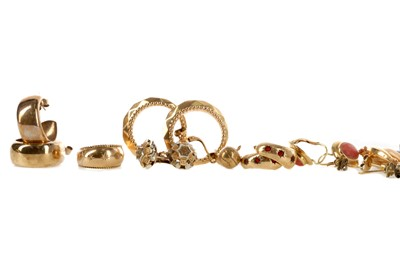 Lot 556 - A GROUP OF GOLD AND OTHER EARRINGS AND PENDANTS