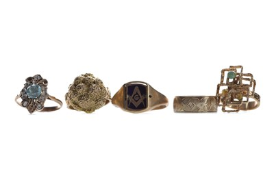 Lot 557 - A GROUP OF GOLD RINGS