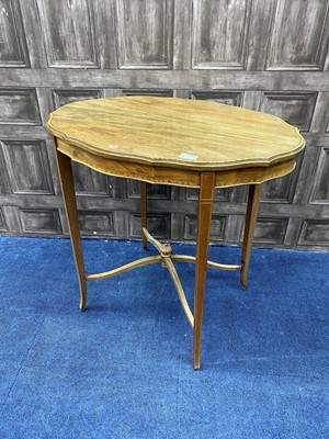 Lot 76 - AN EDWARDIAN MAHOGANY OVAL SHAPED OCCASIONAL TABLE